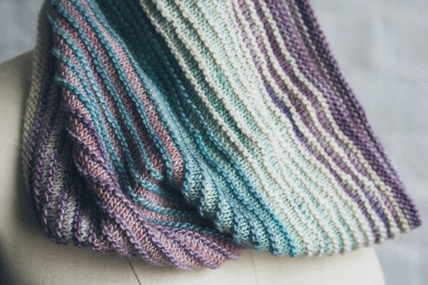Bild på Fino shadow cowl i Fino Mini-Skeins